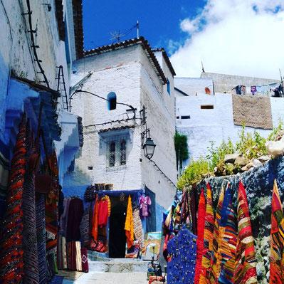 絨毯が色とりどりで、青い街に映えます!