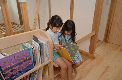 ベンチと書棚の階段ホール