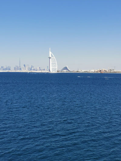 Ausblick von unserem Zimmer auf den Burj Al Arab, das Jumeirah Beach Hotel und im Hintergrund Downtown Dubai