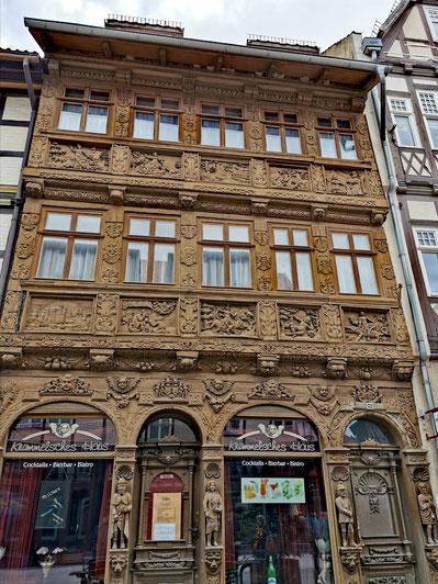 Kunstvoll geschnitzte Holzfassade