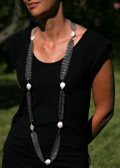 sautoir contemporain chic en cotte de mailles et perles baroques