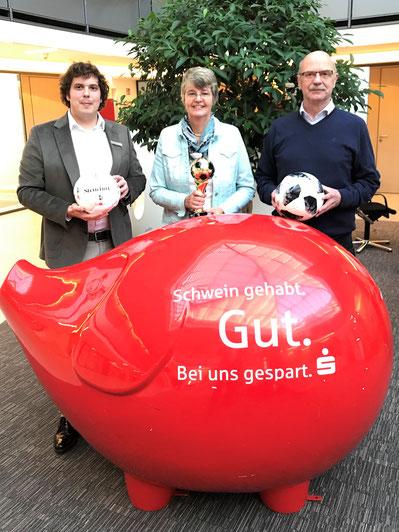 Alexander Banasiewicz, (Regionaldirektion Steinfurt), Marianne Finke-Holtz und Manfred Bröker (Kreispokal-Spielleiter, Spielleiter Frauenkreisliga) v.l.n.r.