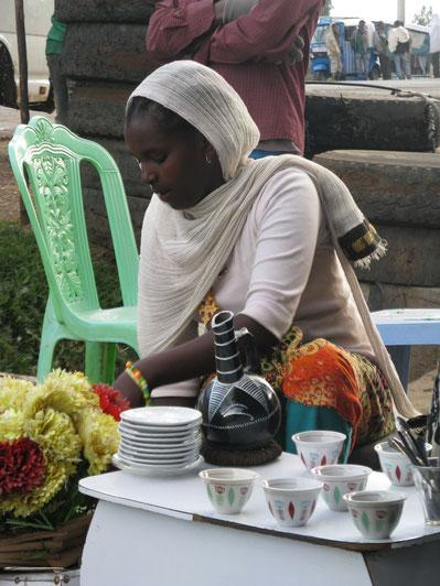 Leborsa Habesha Frau bei Kaffee-Zeremonie in Äthiopien