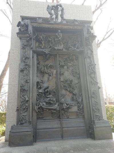 西洋美術館のダンテの地獄の門、中央上部に見覚えのある像が!