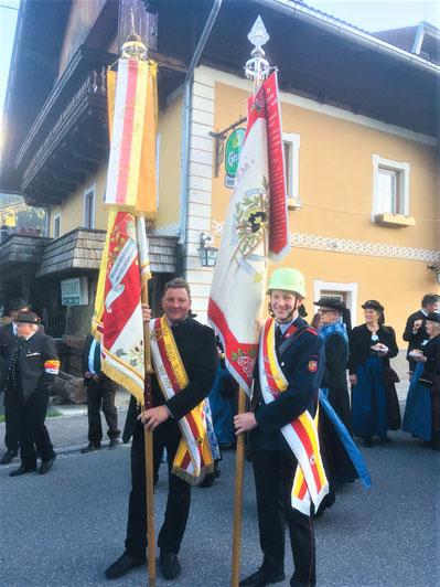 Senior und Junior mit Fahne ... ein Foto mit Seltenheitswert