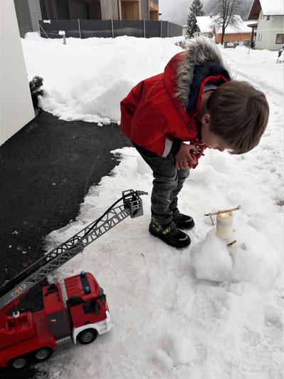 """Fabian beim vorweihnachtlichen """"Löschangriff"""" per Joystick ..."""