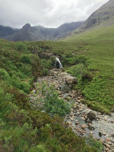 Am Ende des Flusslaufs findet man den ersten Wasserfall der Fairy Pools