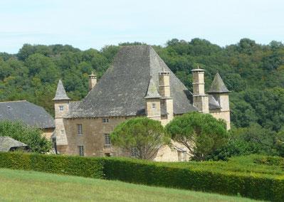"""Château de la Rue sur la randonnée de la Mérelle de Collonges-la-Rouge """"les petites crêtes"""". Jolie vue sur Turenne, l'Auvergne, la Vallée de la Dordogne, Loubressac"""