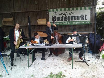 Die Stammtischcombo spielt z.B.: Jazz Standards mit wienerischen Texten, Austropoppiges u.v.m.