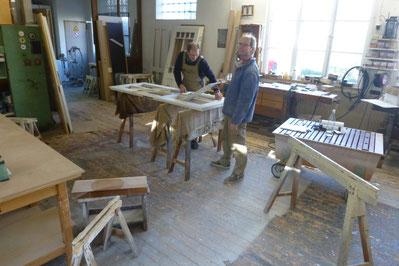 Hier sehen Sie ein Foto von Reiner Lüdeke und Thilo Schwarz in unserer Tischlerei