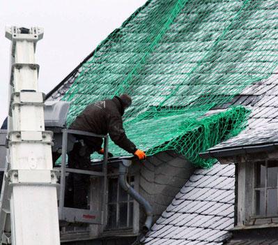 Im Auftrag der DB wird im Februar 2016 das Dach des Empfangsgebäudes in Erndtebrück gesichert (Aufnahme: Björn Weyand, Siegener Zeitung)