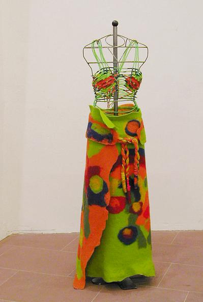 'masses of flowers', 2003 (Rock, gefilzt aus 100 % Schurwolle mit Bustier, aus PVC-Schlauch, Draht und Bastgeflochten)