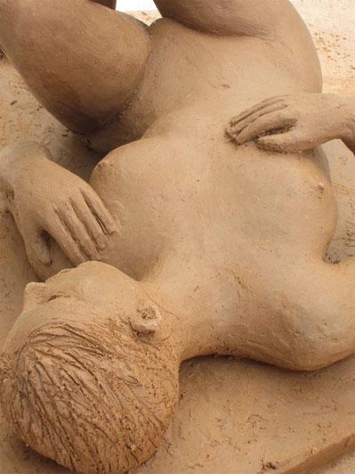 nu couché.sculpture argile femme nue.