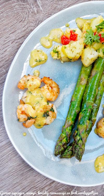 Groene asperges, scampi, lookaardappeltjes met kruidenroomsausje