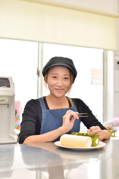プレミアムロールを仕上げている店長の窪田美夏さん