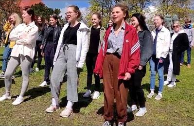 """Der Schülerchor Cantitus der Puolala-Schule singt die Sommerhymne """"Suvivirsi"""" im Park mit Corona-Abstand. Foto: privat"""