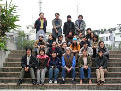 Con los profesores y compañeros de la especialidad de pintura en Okinawa Geijutsu Daigaku, la Universidad de Bellas Artes de Okinawa, 2004.