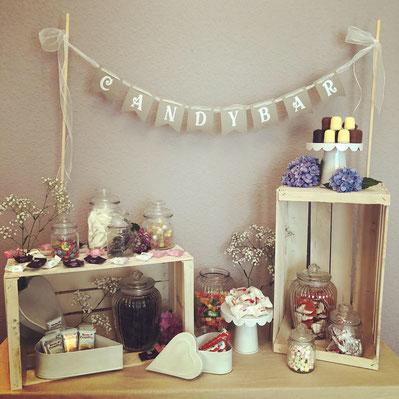 Candybar mit Weinkisten und Gläsern für Süßigkeiten auf einer Hochzeit mit Zubehör