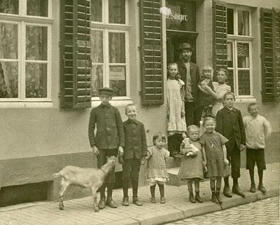 Elfköpfige Familie Bernhard Schäper mit Ziege in der Buddenstraße - Sammlung Henning Stoffers
