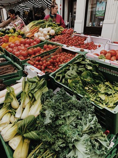 Einkaufen auf dem Wochenmarkt, Verbrauchen wollen die Nahrungsmittel kennen, die auf den Tisch kommen.