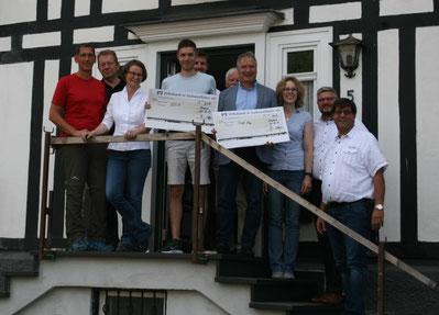 Gruppenfoto der Gewinner mit Ministerin Scharrenbach, Bügermeister Mues, Herrn Kamieth und Günther Langer vom HV Achenbach