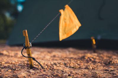 Beim Zelten hatten wir öfters ein komisches Gefühl. Die Heringe wollten wir fast nicht in den Boden schlagen und ließen sehr viel Vorsicht walten...