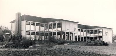Das neuerbaute Schulhaus in Selbach 1965