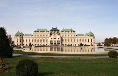 Schloss Belvedere von der Parkseite aus mit Teich im Vordergrund