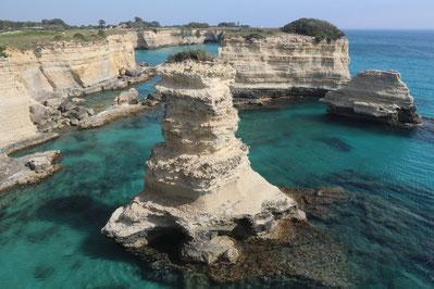 Die weiße Küste mit den Gesteinsformationen am Torre Sant' Andrea bildet u.a. einen natürlichen Kalksteinturm im kristallklaren Mer