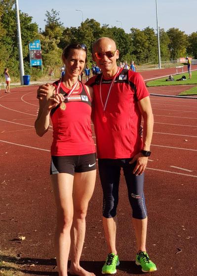 Elisabeth Pöltner-Holkovic und Gerald Holkovic präsentieren ihre Medaillen zu Recht mit Stolz! (Foto: zVg)