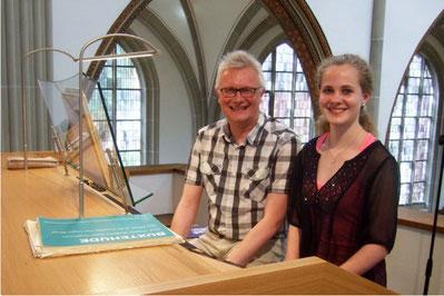 Kirchenmusiker Christian Heitkamp mit seiner Klavier- und Orgelschülerin Hanna Wilking
