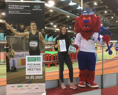 Anna Clara Sturm mit TOSI, dem Sportstadt Düsseldorf Maskottchen (Foto: PSD Bank Meeting)