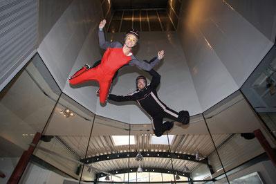 Boris Nebe, Gründer und Geschäftsführer von Indoor Skydiving Bottrop GmbH beim Einsteiger-Coaching im Windkanal.