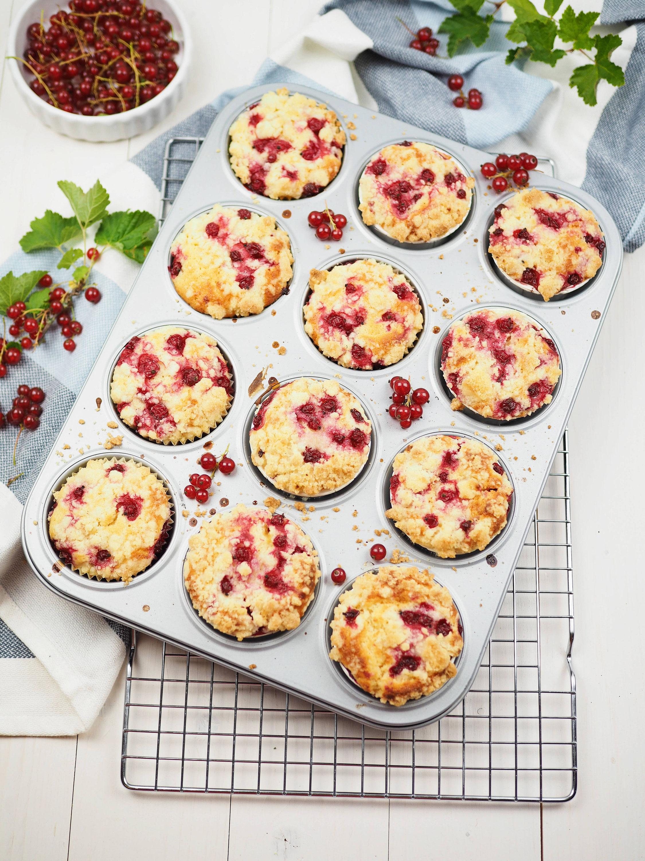 rezept f r einfache und saftige johannisbeer joghurt muffins mit streuseln goldschmankerl. Black Bedroom Furniture Sets. Home Design Ideas