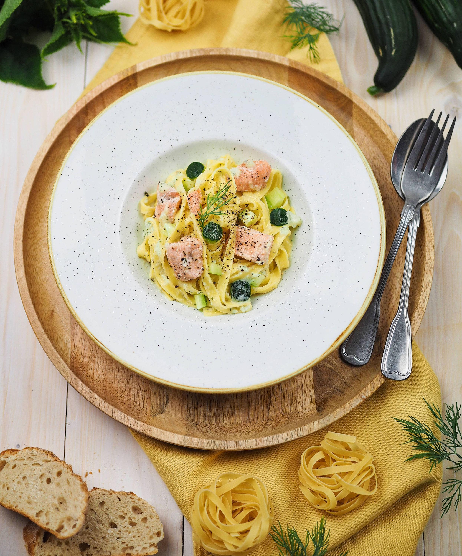 rezept f r sommerliche tagliatelle mit lachs und cremiger gurkensauce schnelles pastagericht. Black Bedroom Furniture Sets. Home Design Ideas