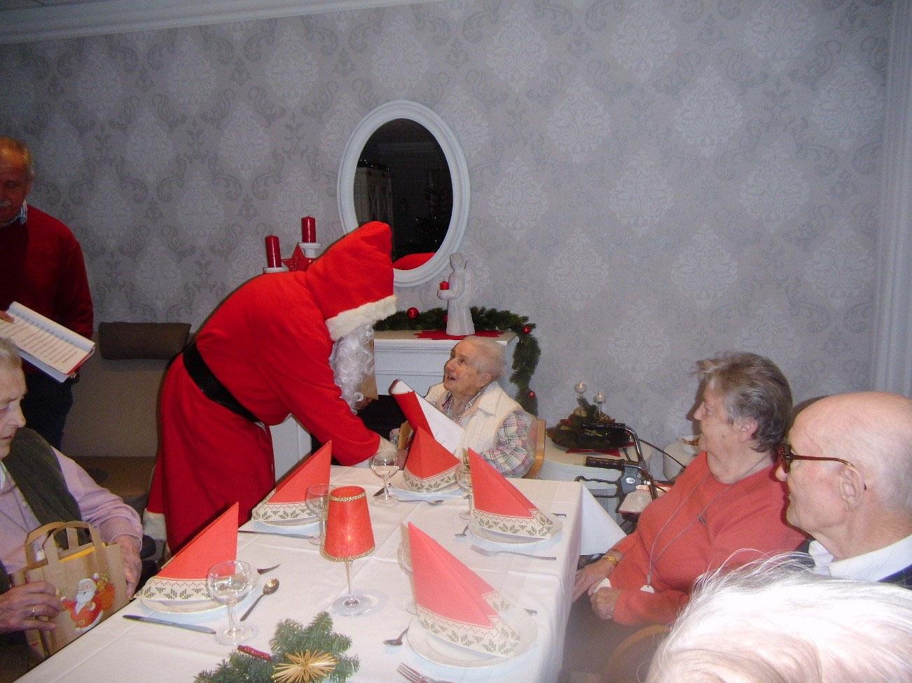 Die Besten Weihnachtslieder An Heiligabend.Heiligabend Evangelisches Rentner Und Alten Wohnheim
