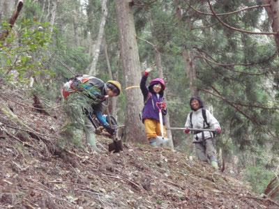 山作業中のたくましい女性陣。力も存在も態度も(?)とちの巨木のごとく…