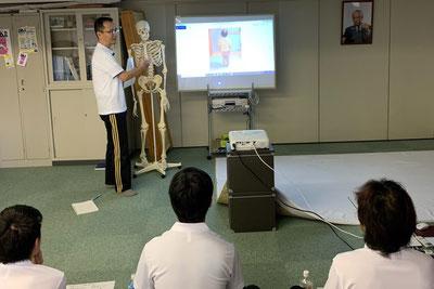 しんそう療方は、身体のゆがみを解剖学的に分析し説明します。
