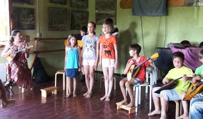 音樂課,左一為同是家長的音樂老師妮娜