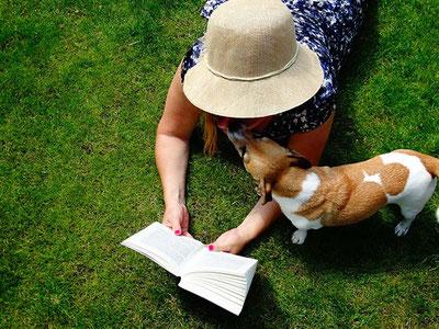 book-dog-woman-2690406_1920, pixabay.com