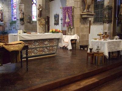 Objets et vêtements liturgiques prêts à être présentés (église d'Elliant)