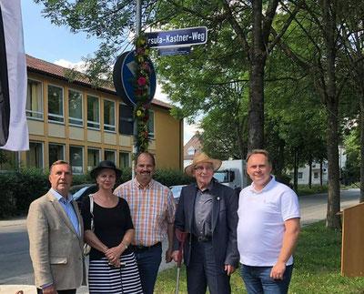 Unter dem neuen Straßenschild: Hans Kastner (2. v. rechts) und Dr. Christoph Rabenstein, Dr. Beate Kuhn, Jörg Grieshammer und Thomas Bauske von der SPD-Stadtratsfraktion.