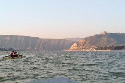 Großboottraining in Richtung Castillo de Mequinenza.