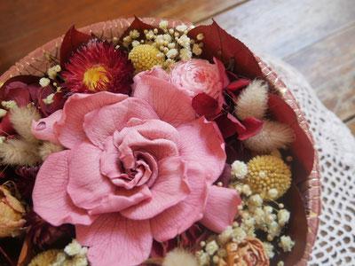 Boite à chapeau garnie de fleurs séchées et fleurs stabilisées, par la cinquième saison.