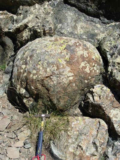 Basaltes en coussin (Alpes). SOurces: Wikipédia.