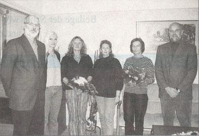 Mit Blumen dankten Gerhard Boll (li.) und Johann Hansen (re.) ihren Mitarbeiterinnen. Foto: Werlich