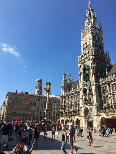 Marienplatz (derecha: edificio del Ayuntamiento; al fondo: las torres de la Frauenkirche