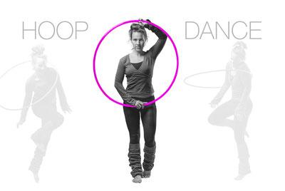 Frau tanzt mit pinkem Hula Hoop Reifen. Hoopdance Hula Hoop Vorarlberg