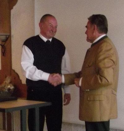 Pfarrer Gierl mit 1.Vorsitzenden Siegfried Bäumel