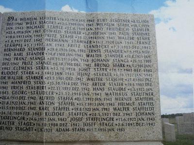 Inschriften sind Namen der vermissten Soldaten im 2. Weltkrieg im Kessel Stalingrad